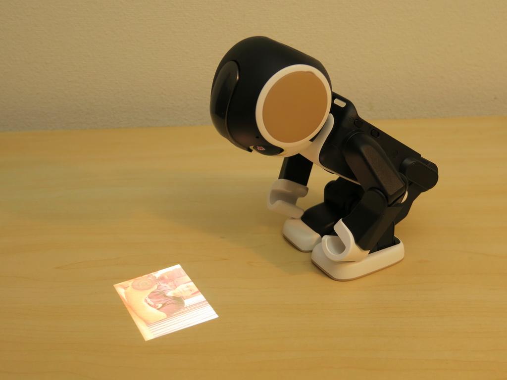 机の上にプロジェクターを映すスタイル。ユーザーと向き合う形で見やすいように表示される。もちろん、反転して表示することも可能。