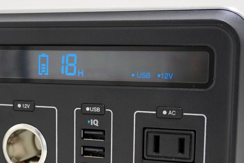 電源ボタンを押すと、ディスプレイ上に有効になっている出力先が表示される。「12V」はシガーソケットで、「AC」ならコンセントだ。ちなみに大きく「18H」と書かれているのは現在の出力での残り充電可能時間だ