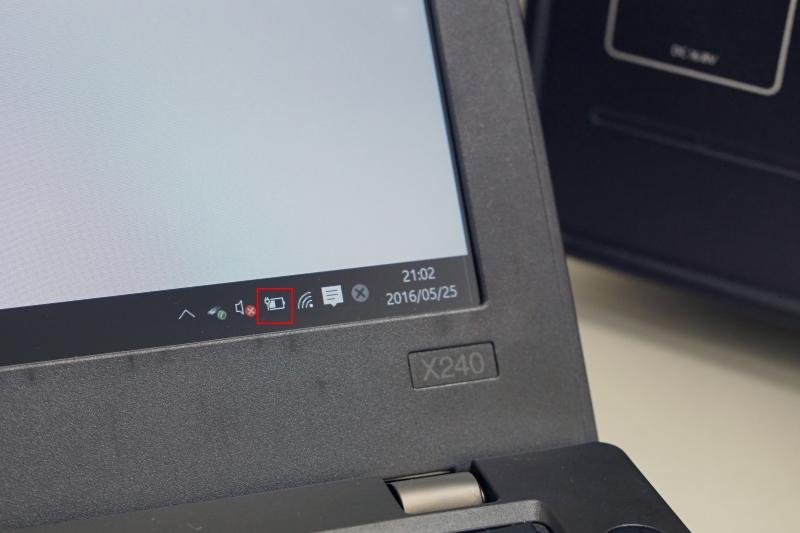 タスクバーの電源アイコンが電源接続状態になっているのが分かる。ちなみX240のACアダプタは65Wタイプだ。45WタイプのXPS 13でも充電できた