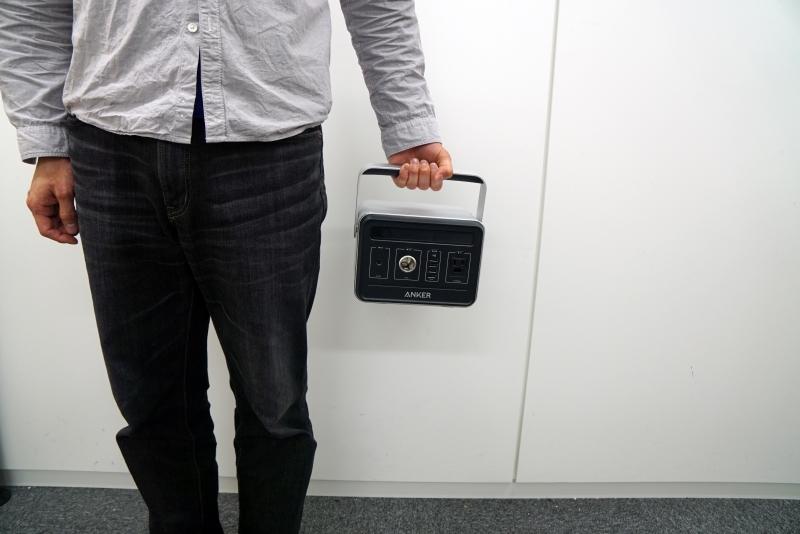 PowerHouseを手に持ってみた。筆者の身長は170cm台。重量はあるが、それほど大きくはないので持ち運びはしやすい