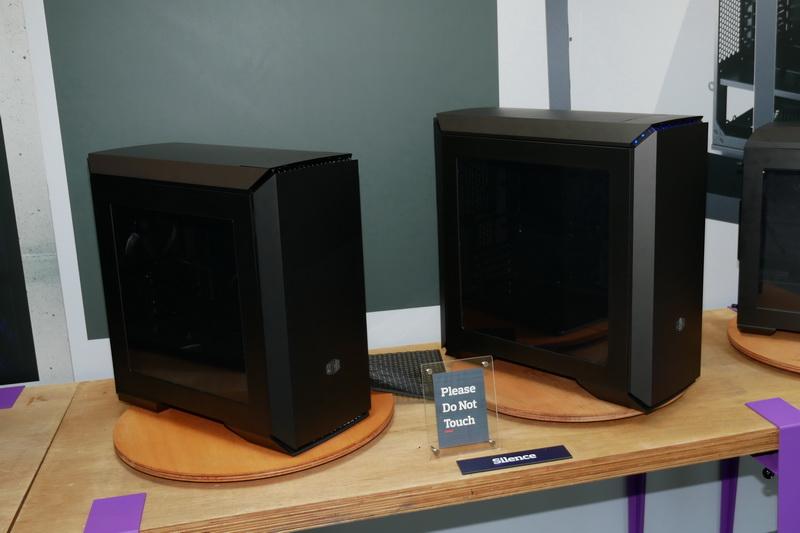 MasterCaseシリーズの静音モデル、microATX対応ミニタワーの「MasterCase 4」(左)と、Extended ATX対応のミドルタワー「MasterCase 6」