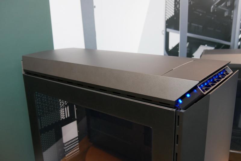 トップと前面パネルは可動式で、冷却能力を高められる