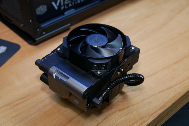 ラジエータ一体型の水冷CPUクーラー。型番はまだ付けられていない