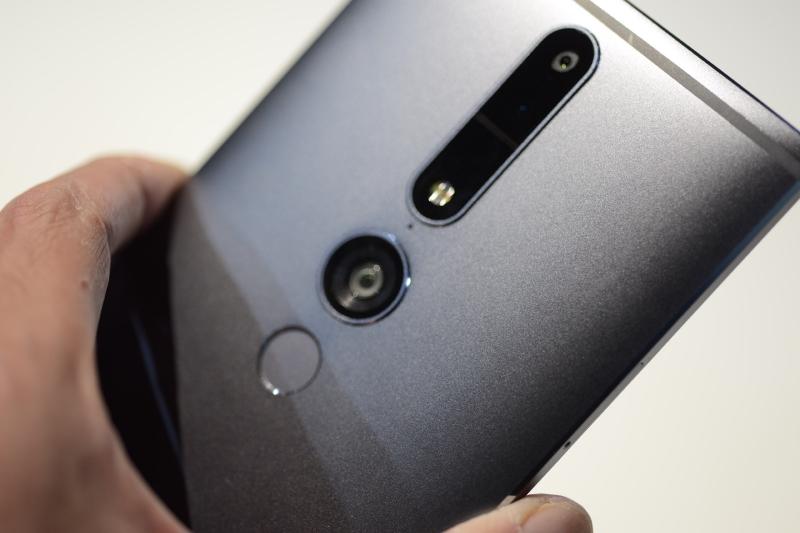 背面には通常カメラ、赤外線カメラ、魚眼カメラが装備されている。その下には指紋センサーも