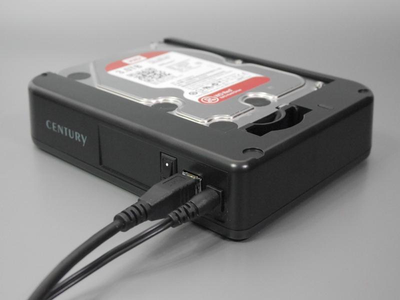 ケーブル類を取り付けた状態。使用時にはLEDが青色に点灯する。USB 2.0対応の製品と異なり3TBオーバーの容量も認識できる