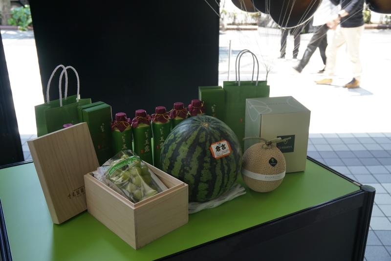 """NVIDIAの計らいで、取材するメディア向けに抽選賞品が用意されていた。巨峰、スイカ、メロン、お茶といった同社コーポレートカレーである""""グリーン""""の品々"""