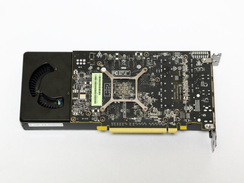 ボード裏面。基板の長さは約177mmで、GPUクーラーの方が基板より長い