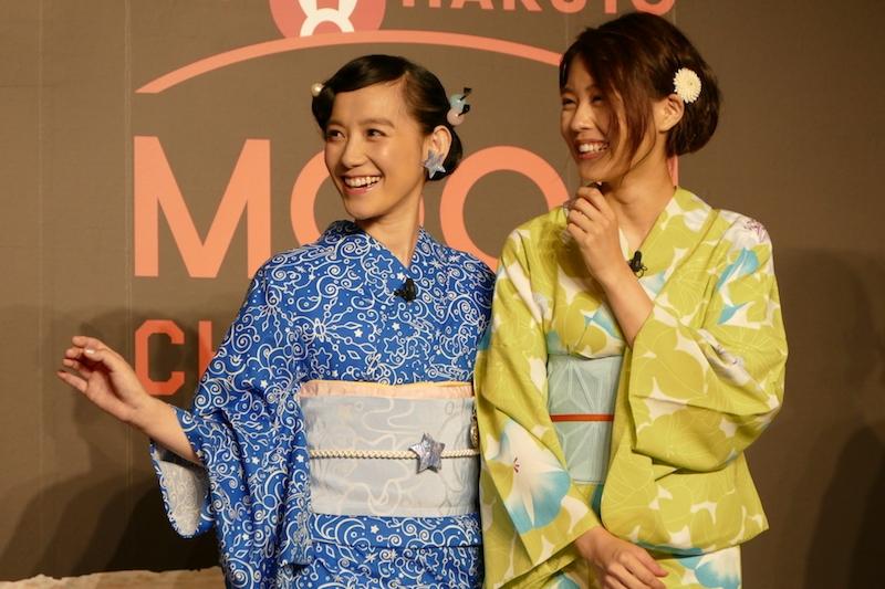 篠原さんは自分でデザインした浴衣やアクセサリで登場