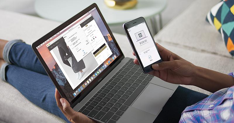 Apple Pay on the Webによる支払いは、iPhoneのTouch IDだけでなく、ロック解除されたApple Watchのダブルクリック操作でも可能だ