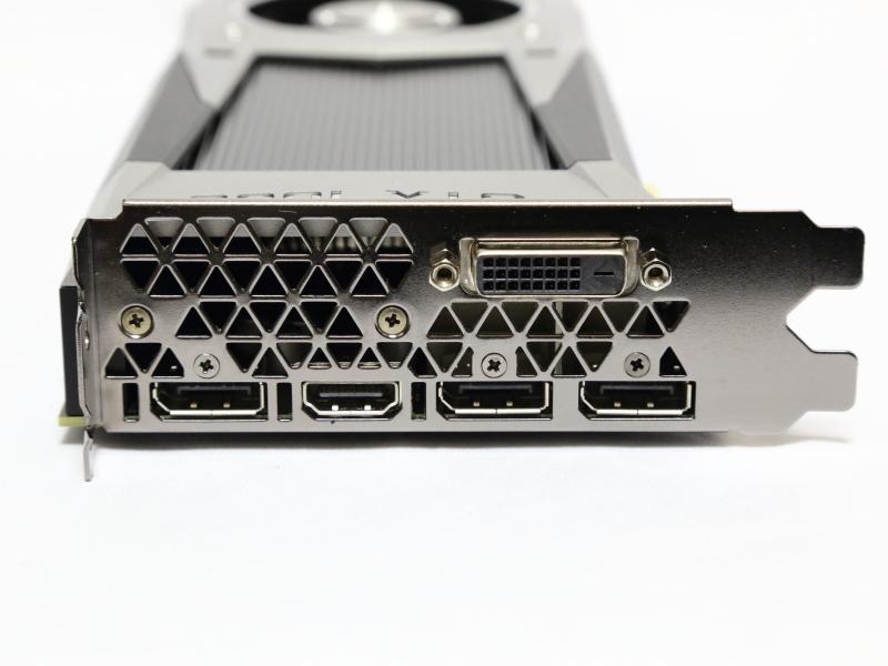 ブラケット部の画面出力端子。Dual-Link DVI-D×1基、HDMI 2.0b×1基、DisplayPort 1.4×3基