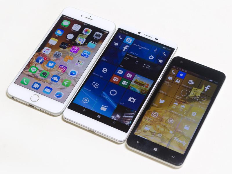 iPhone 6 Plus(5.5型/左)とMADOSMA(5型/右)との比較。厚みはiPhone 6 Plusより若干ある。さすがに5型と比較すると大きいいものの、フチが狭いのでiPhone 6 Plusと比較しても極端に大きい感じはしない