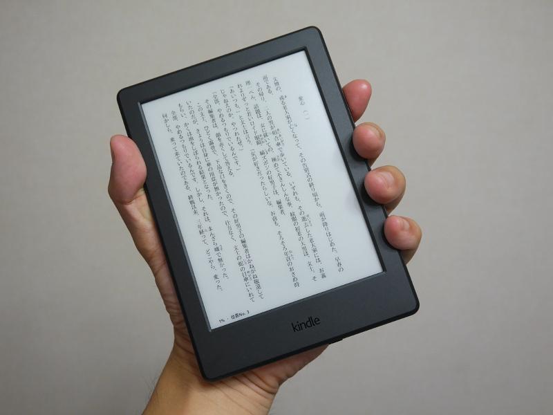 Kindle(第8世代)。色はブラックのほかホワイトが用意される。なお本稿ではAmazonの表記ルールに従い、2014年発売の従来モデルを「第7世代」、本製品を「第8世代」と呼称している