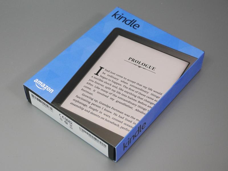 製品パッケージ。黒箱を多言語のスリーブで巻いた、従来で言うとFireタブレットに近い意匠