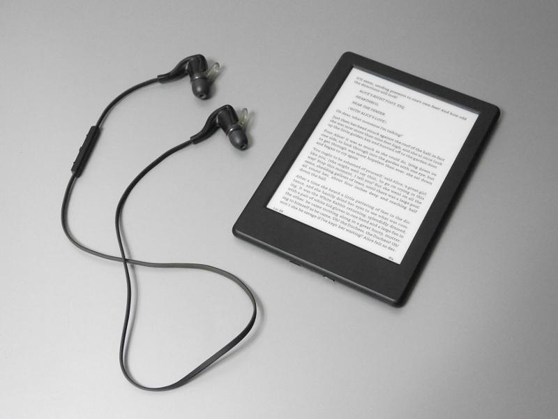 言語を英語に設定することで、手持ちのBluetoothイヤフォンやヘッドフォン、スピーカーと組み合わせて音声読み上げが行なえる