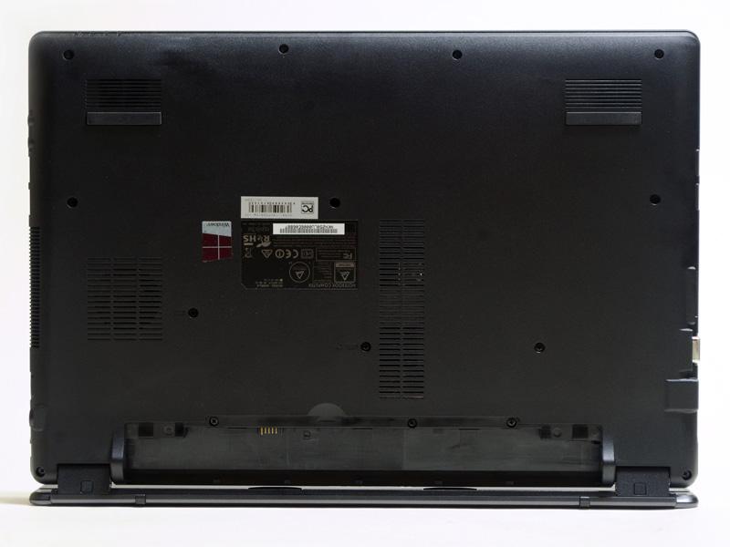 裏面。手前のメッシュがスピーカー。メモリなどへアクセスできる小さいパネルはない。バッテリは着脱式