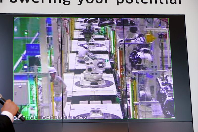 ロボットと人が共同でロボットを組み立てる中国工場の様子