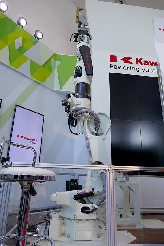 画面と連動して溶接の動作を見せる大型ロボット「BX165」