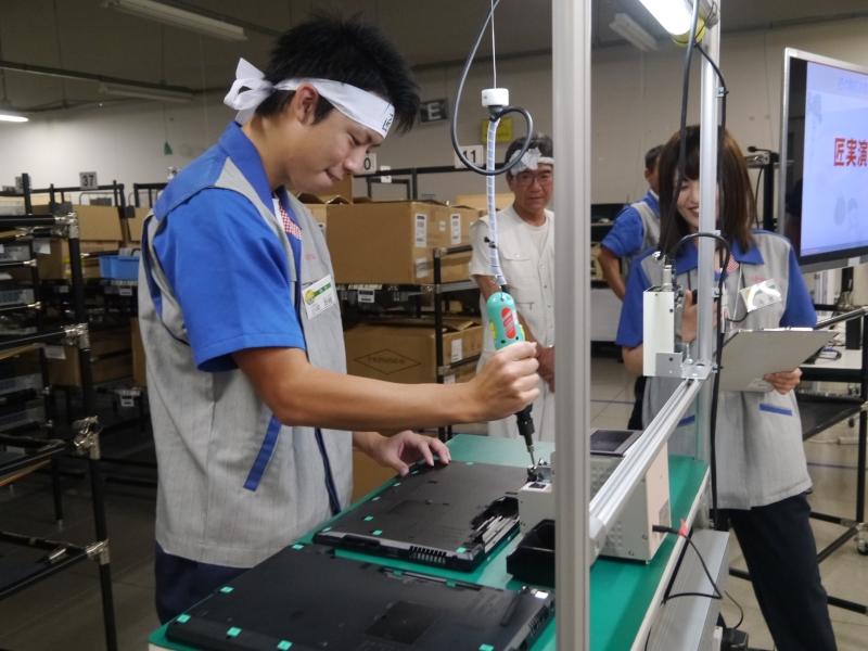 匠は10本以上のねじを20秒で締めることができる。工場では、1人1万本のネジを締めている