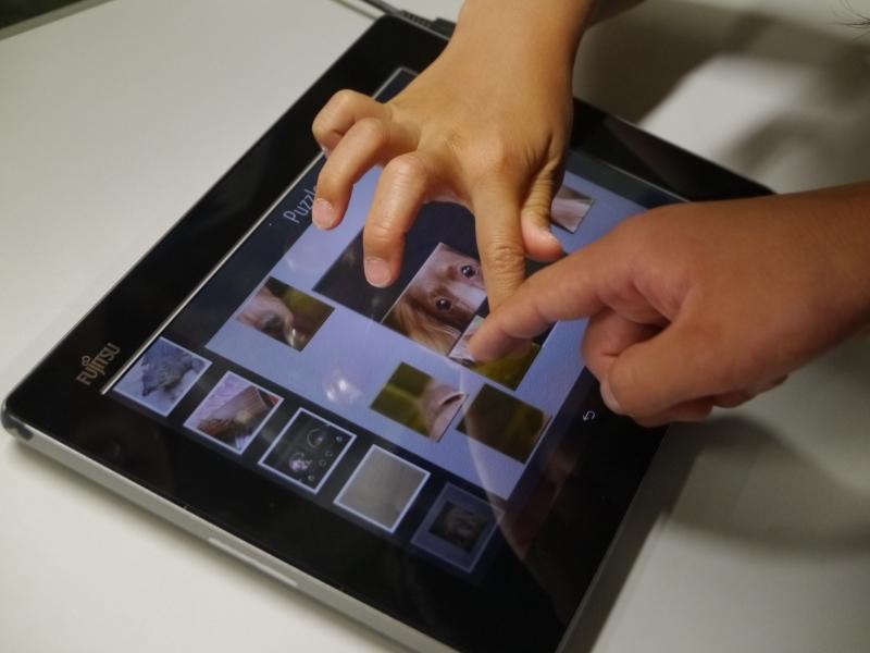 パズルをしながらディスプレイに触ると感触が伝わってくるタブレットを体験