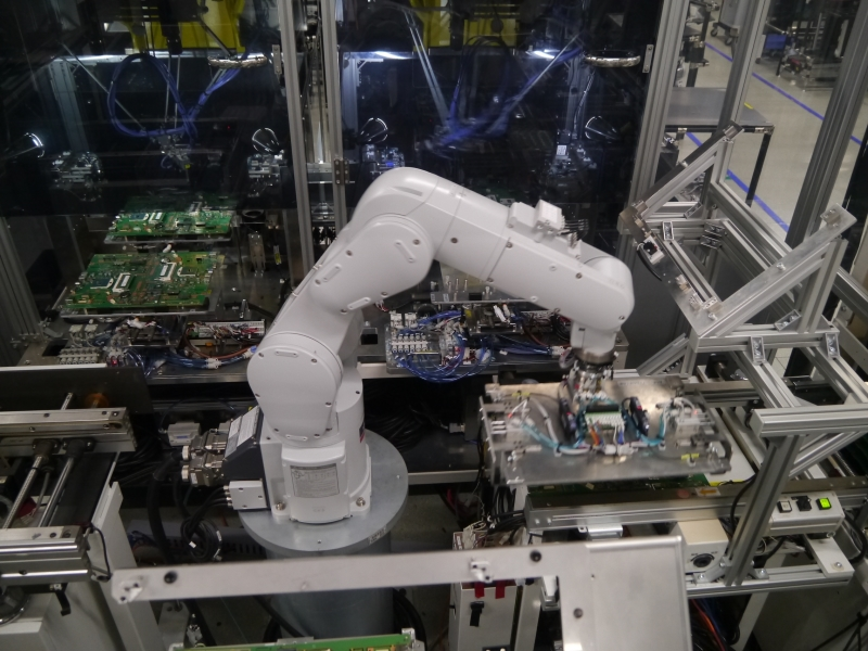 アームロボットが基盤にCPUや電池などを搭載