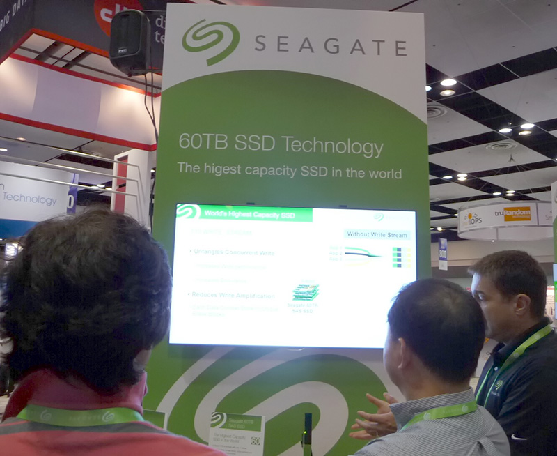 FMS展示会のSeagateブースに出品された60TBのSSD(試作品)を見に来た来場者