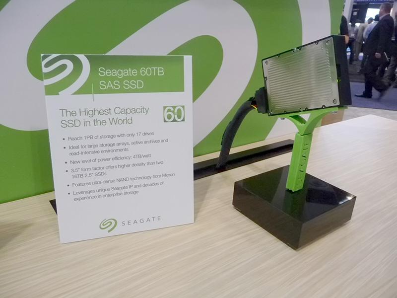 FMS展示会のSeagateブースに出品された60TBのSSD(試作品)。実際に動作しており、筐体の底(金属部分)を指で触るとかなり熱かった
