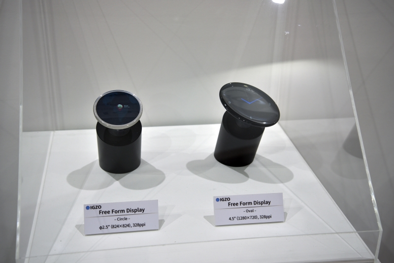 同じく円形のディスプレイ。右の製品は解像度が1,280×720ドット