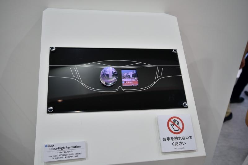 こちらはHMDを想定したディスプレイで、両眼で合わせて4Kの映像を出力するためのもの。サイズは2.87型で、画素密度は1,008ppi