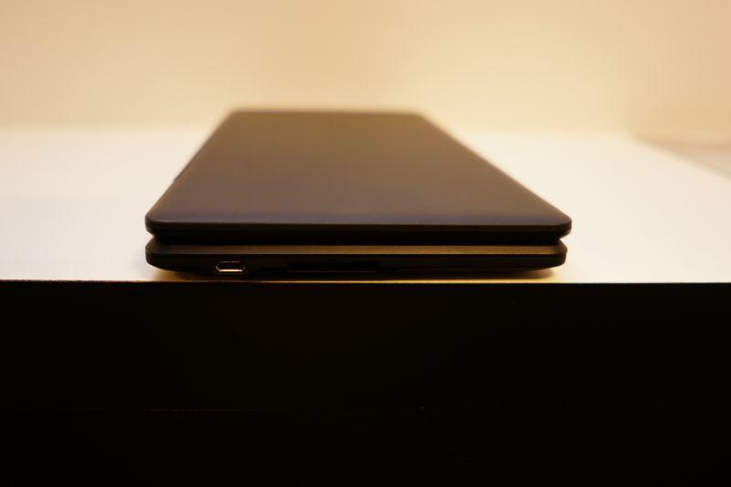 左側面にMicro USBとSDカードスロット