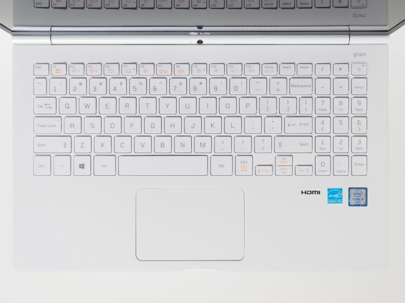 キーボードは英語キーボード配列(97キー)。ややキーピッチが狭いがテンキーも設けられている