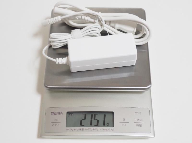 ACアダプタと電源ケーブルの実測合計重量は215.1g
