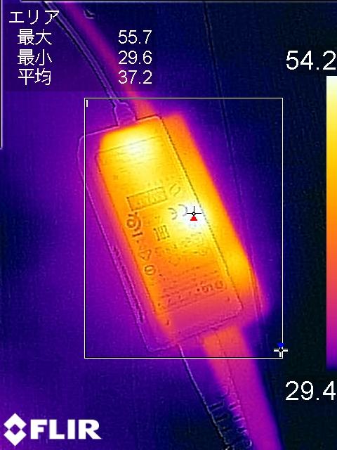 ACアダプタは中心部分で最大温度55.7℃を記録
