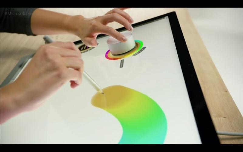 Surface Dialを用いれば、利き手で描きながらダイヤル操作で色変更が可能