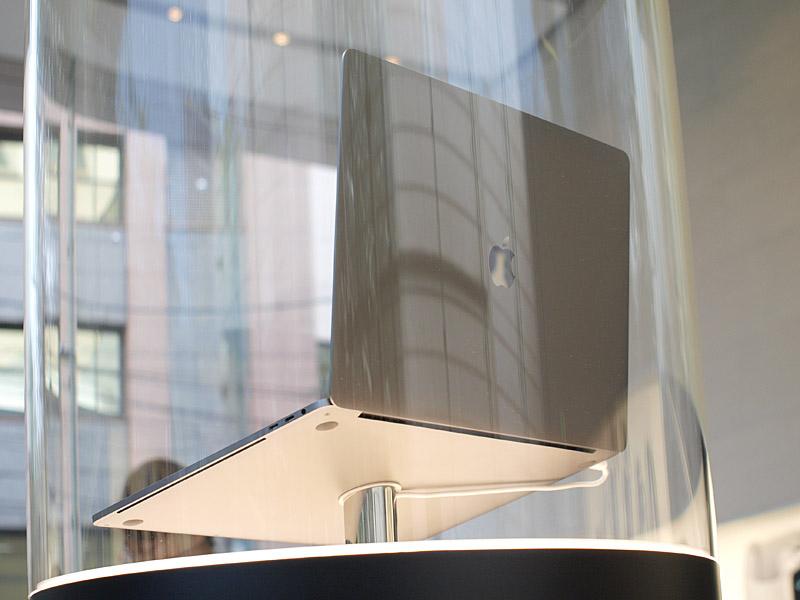 MacBook Pro 15インチの背面。かなり薄いことが分かる
