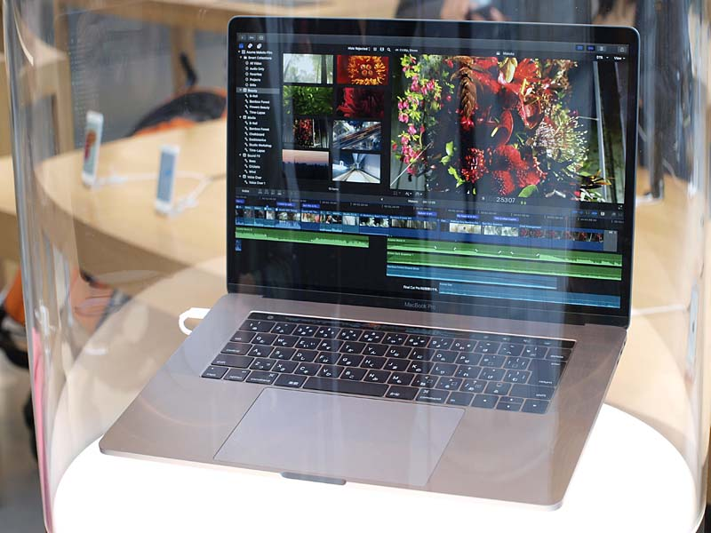 MacBook Pro 15インチ。タッチパッドはかなり大きく、余裕をもって操作できる