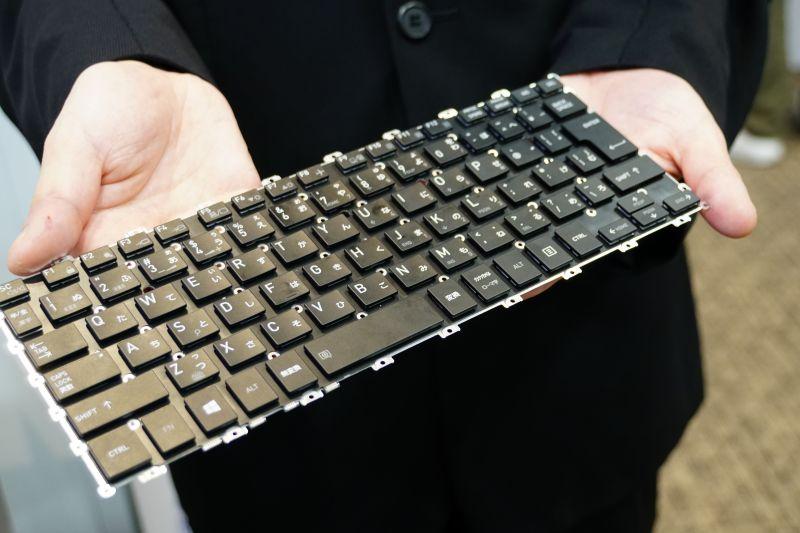 キーボードは薄型だが、1.5mmのストロークを確保し、最適なネジ位置により、たわみを軽減した