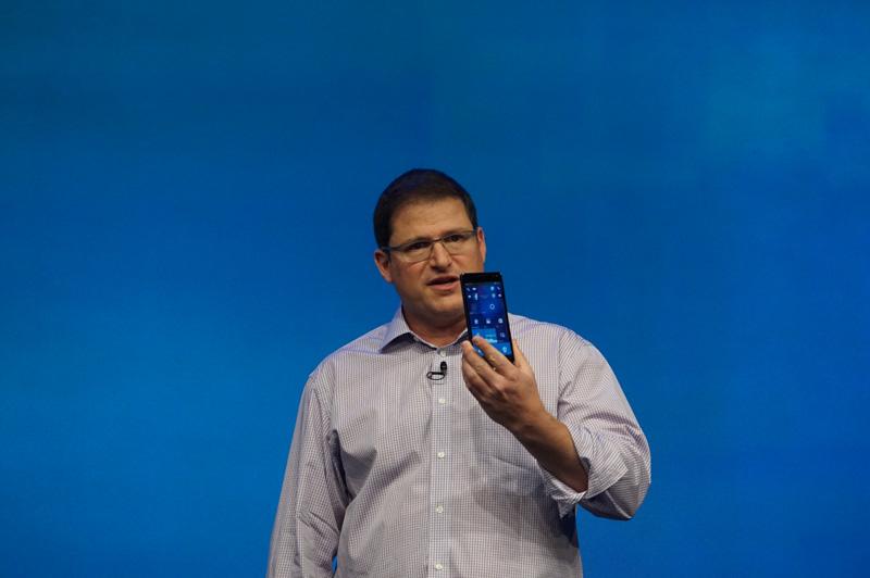 HPのElite X3を手に説明するQualcomm Technologies 上級副社長 兼 Qualcomm CDMA Technologies 社長 クリスチアーノ・アモン氏