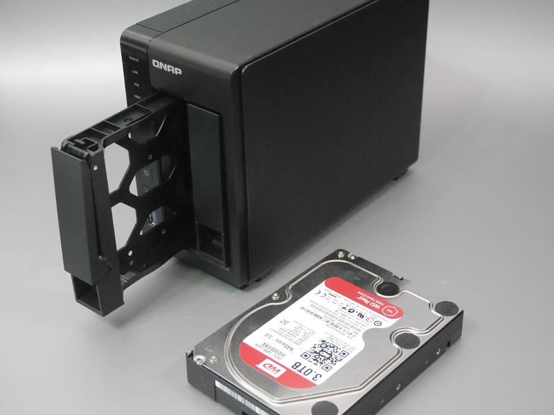 筆者宅で稼働しているNASの1つ、QNAPの2ベイNAS「TS-251+」。2ベイ以上のNASはRAIDによる冗長化機能を備えているので、内蔵HDDのどれか1台がクラッシュしてもデータの復元は可能だが、さらに外部のUSB HDDなどに定期バックアップを行なっておけば、NASそのものが故障した場合もデータを復元できる