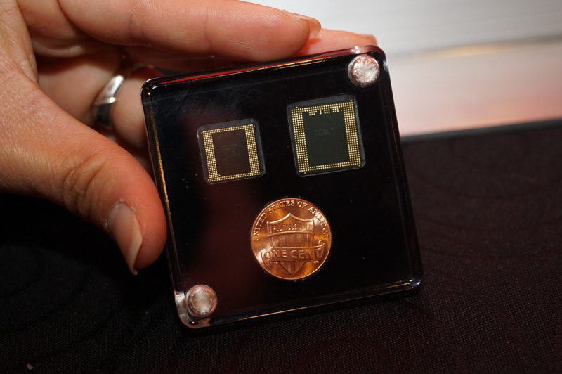 Snapdragon 835のパッケージ(左)、右側のSnapdragon 820と比べて小さくなっている