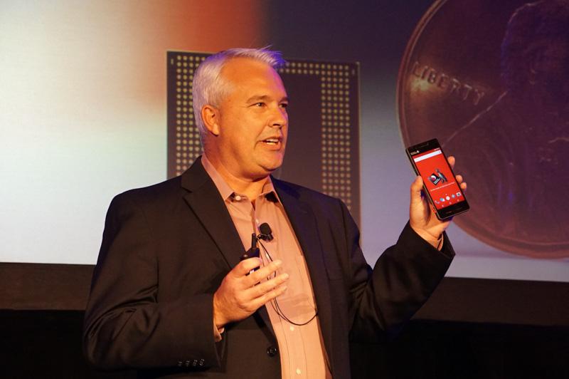 Qualcomm Technologies製品マネージメント担当上席副社長のキース・クレッシン氏。手に持っているのはSnapdragon 835搭載スマートフォンのリファレンスデザイン