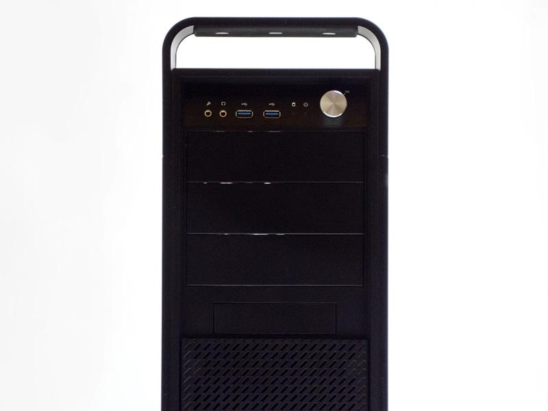 前面のインターフェイス。音声入出力、USB 3.0×2、HDD/電源LED、ボリュームのように見えるのが電源スイッチ。上の化粧パネルは磁石で固定されているだけで簡単に外せる