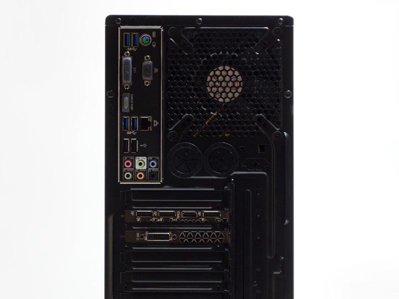 背面インターフェイスは、PS/2ポート、USB 3.0×2、Gigabit Ethernet、USB 3.0×2、USB 2.0×2、音声入出力。映像出力は、DisplayPort×3、HDMI、DVI