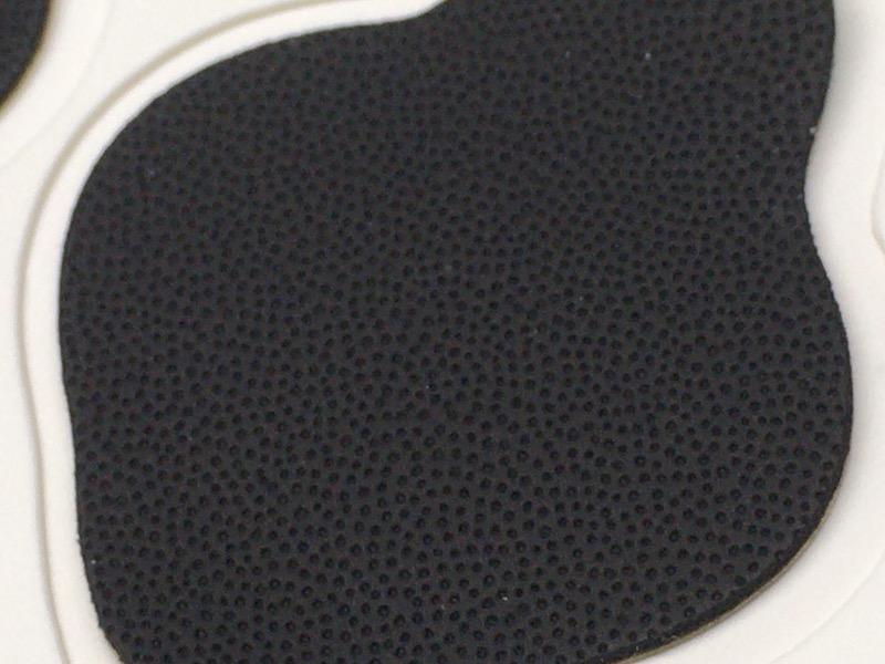 表面には微細なおうとつがあり、これが指紋の役目を果たす。ちなみに4枚ともパターンは微妙に異なり、悪用を防ぐとされている