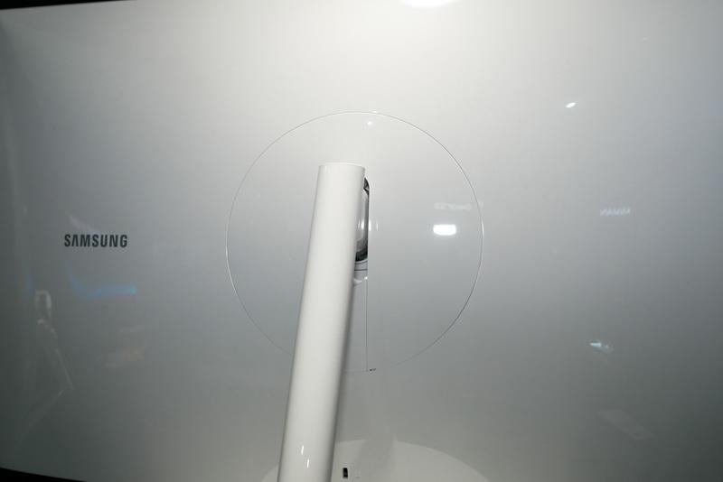 背面スタンド装着部の丸いカバー内に各種コネクタを用意