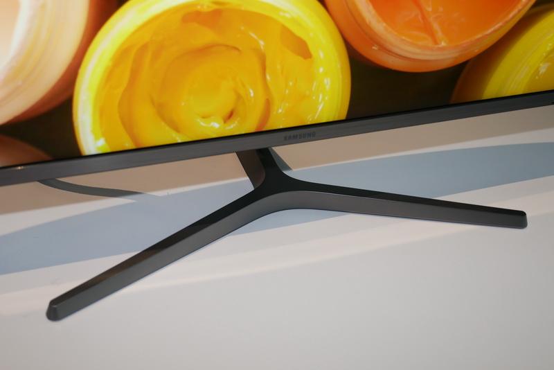 スタンドの仕様は31.5型モデルと同じで、縦画面での利用も可能