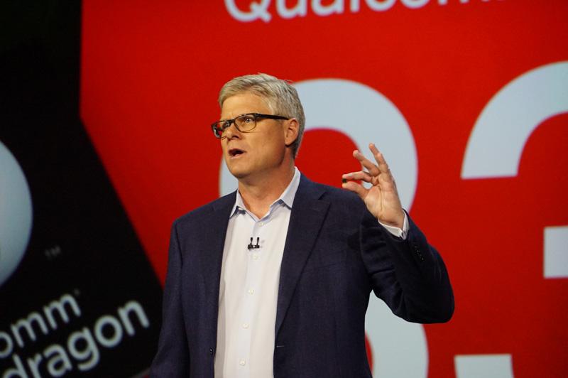 Qualcomm CEO スティーブ・モレンコフ氏。左手に持っているのはSnapdragon 835