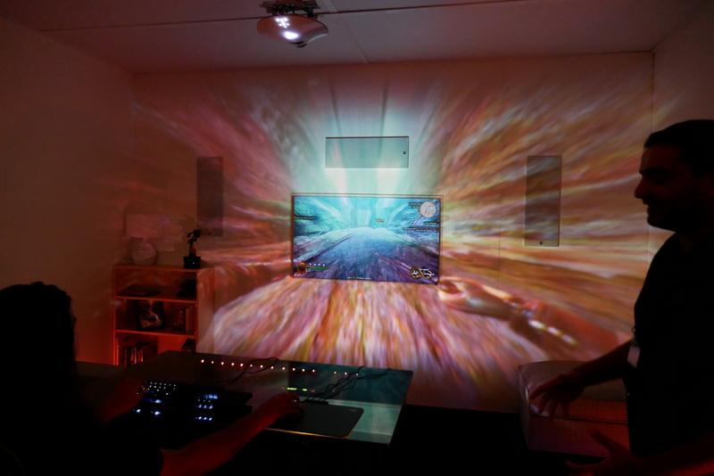 Project Arianaによって、このように部屋全体にゲーム画像がイルミネーションされる