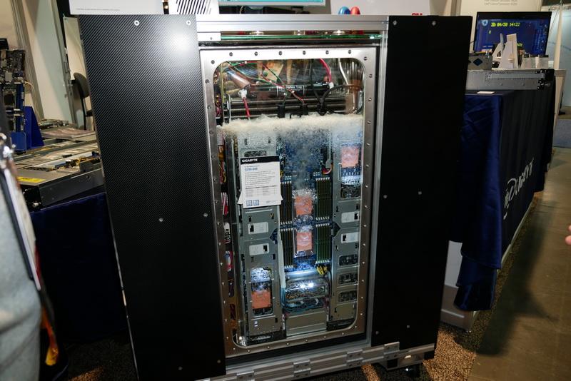GIGABYTEブースに展示されていた、液冷サーバーシステム