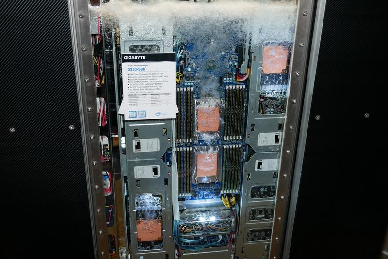 U2ラックマウントサーバーを専用ケースに収め、3MのNovecで全体を満たして冷却する