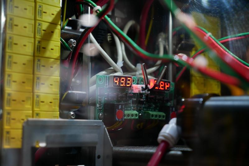 Xeon2基、GPU8基をシミュレーション演算でフル稼働させた状態で、液体の温度は49.3度を示していた